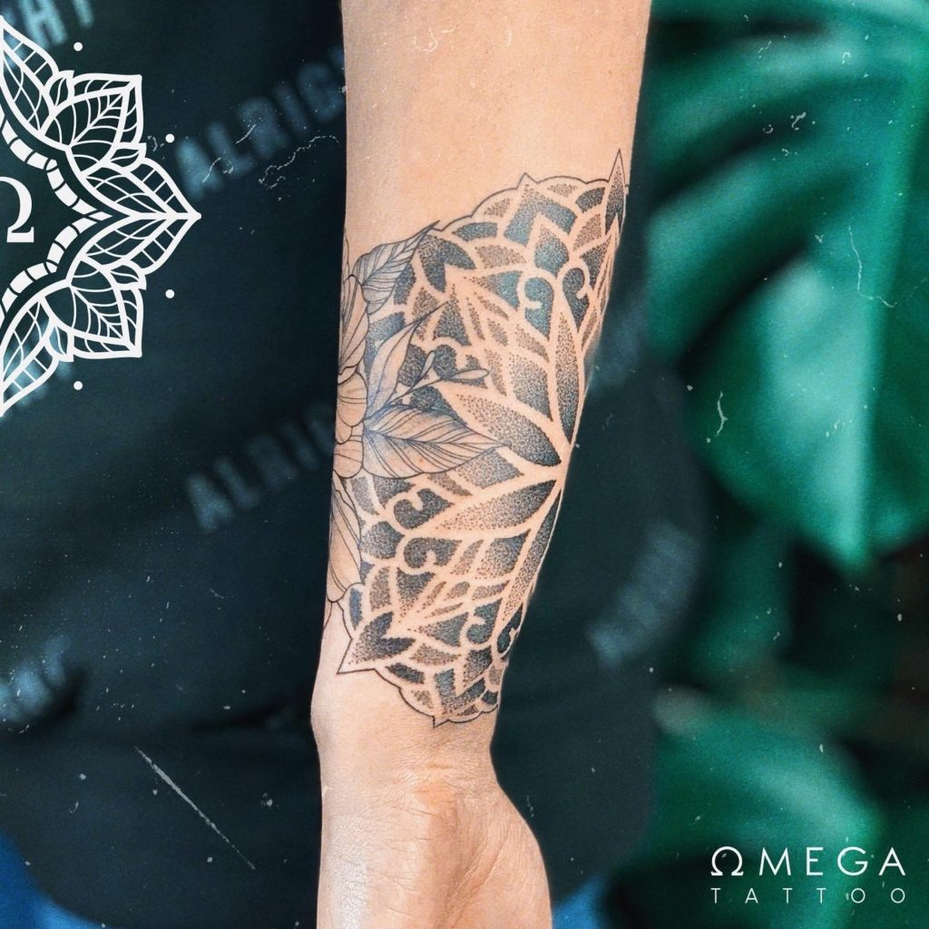 Fineline Mandala Blumen Tattoo